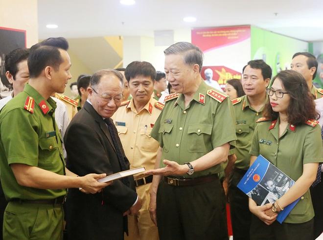 Bộ trưởng Tô Lâm phát động phong trào đọc sách trong Công an nhân dân - Ảnh minh hoạ 7
