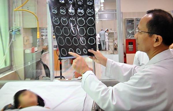 TS-BS Quang Vinh kiểm tra lại hình ảnh chụp CT-Scaner của bệnh nhi