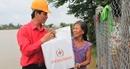 Trao quà cứu trợ cho người dân vùng tâm lũ ở Bình Định