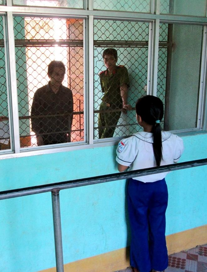 Con gái người tử tù mang bản án giết vợ đẫm nước mắt tại Trại tạm giam Công an Nghệ An.