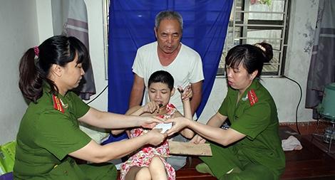 Vượt đỉnh Thung Khe cấp chứng minh thư cho bà con