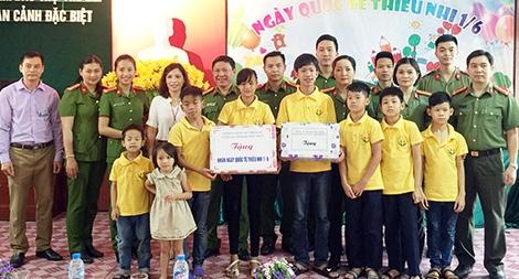 Thăm và tặng quà cho trẻ em nghèo, gia đình khó khăn tại đảo Trần