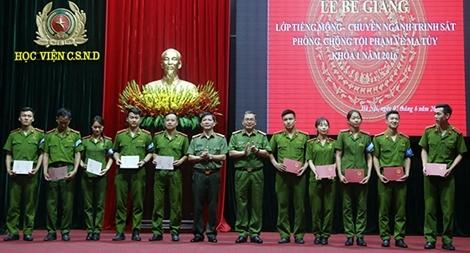 Học viện CSND bế giảng lớp học tiếng Mông