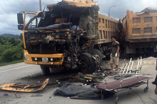 Hai xe tải đối đầu, tài xế tử vong trong cabin bẹp dúm