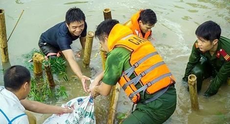 Những câu chuyện cảm động giúp dân trong mưa lũ