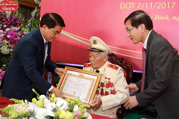 Trao tặng Thiếu tướng, Anh hùng LLVTND Nguyễn Trọng Tháp Huy hiệu 70 năm tuổi Đảng - Ảnh minh hoạ 2