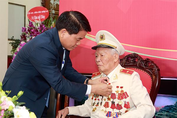 Trao tặng Thiếu tướng, Anh hùng LLVTND Nguyễn Trọng Tháp Huy hiệu 70 năm tuổi Đảng