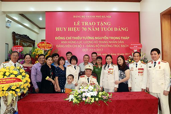 Trao tặng Thiếu tướng, Anh hùng LLVTND Nguyễn Trọng Tháp Huy hiệu 70 năm tuổi Đảng - Ảnh minh hoạ 3