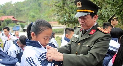 Trao tặng đồng phục mới cho học sinh nghèo vùng cao