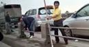 Tài xế ô tô tháo barie trốn CSGT trên cầu bị phạt 1 triệu đồng