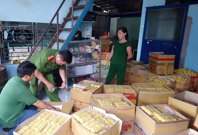 Mì tươi pha trộn hàn the tại cơ sở sản xuất Tân Thành.