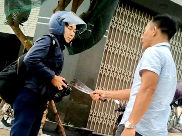 Đối tượng Nguyễn Văn Bình cầm dao đe dọa tính mạng PV Dũ Tuấn
