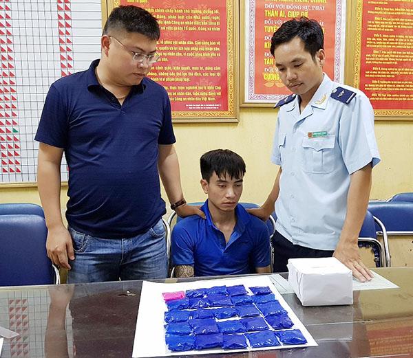 Đối tượng cùng tang vật doĐội Kiểm soát, phòng chống ma tuý ( Cục Hải quan Quảng Ninh) bắt giữ.