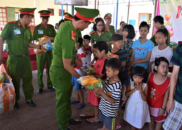 Trường Trung cấp CSND V vui Tết thiếu nhi cùng trẻ em tại Làng Hòa Bình - Ảnh minh hoạ 5