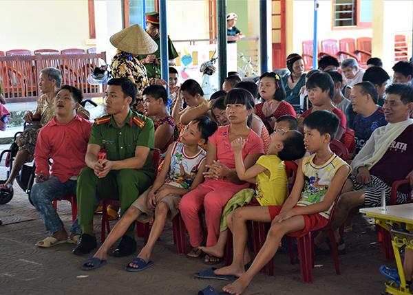 Trường Trung cấp CSND V vui Tết thiếu nhi cùng trẻ em tại Làng Hòa Bình - Ảnh minh hoạ 4