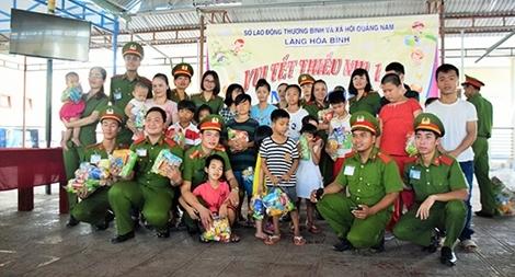 Trường Trung cấp CSND V vui Tết thiếu nhi cùng trẻ em tại Làng Hòa Bình