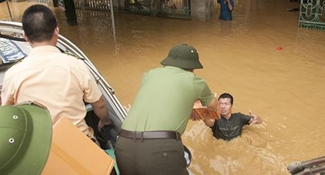 Cán bộ chiến sĩ Công an giúp dân khắc phục hậu quả sau mưa lũ