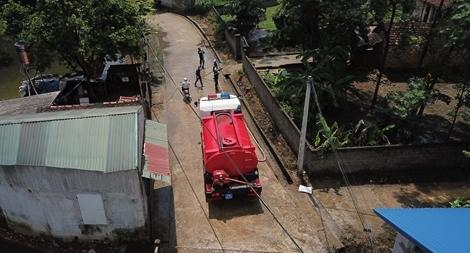 Cảnh sát PCCC vào vùng lụt giúp dân dọn sạch đường