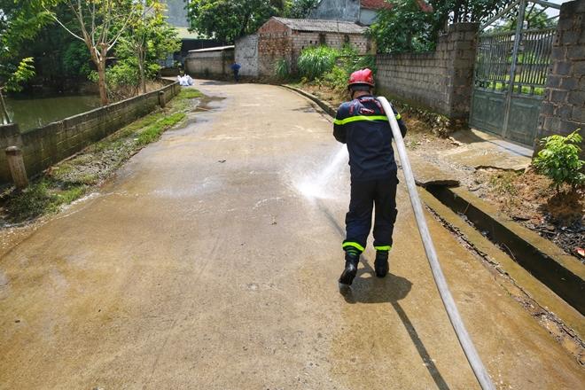 Cảnh sát PCCC vào vùng lụt giúp dân dọn sạch đường - Ảnh minh hoạ 3