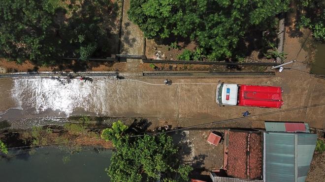 Cảnh sát PCCC vào vùng lụt giúp dân dọn sạch đường - Ảnh minh hoạ 5