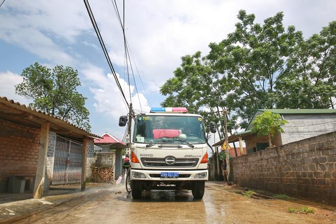 Cảnh sát PCCC vào vùng lụt giúp dân dọn sạch đường - Ảnh minh hoạ 2
