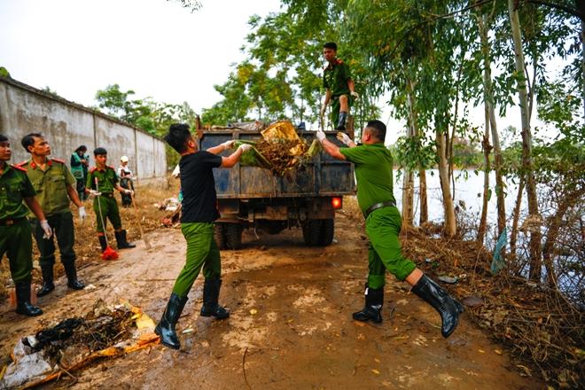 Rác ngập khắp nơi, lực lượng Công an giúp dân dọn rác - Ảnh minh hoạ 6