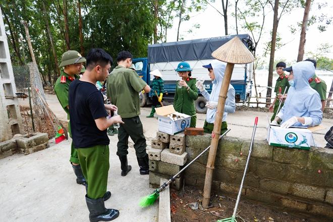Rác ngập khắp nơi, lực lượng Công an giúp dân dọn rác - Ảnh minh hoạ 10