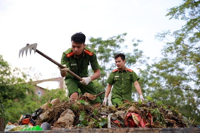 Rác ngập khắp nơi, lực lượng Công an giúp dân dọn rác - Ảnh minh hoạ 7