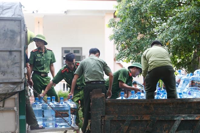 Rác ngập khắp nơi, lực lượng Công an giúp dân dọn rác - Ảnh minh hoạ 2