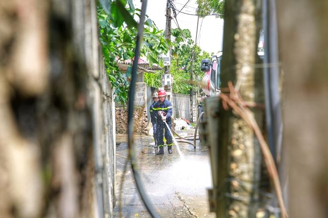 Cảnh sát PCCC vào vùng lụt giúp dân dọn sạch đường - Ảnh minh hoạ 7