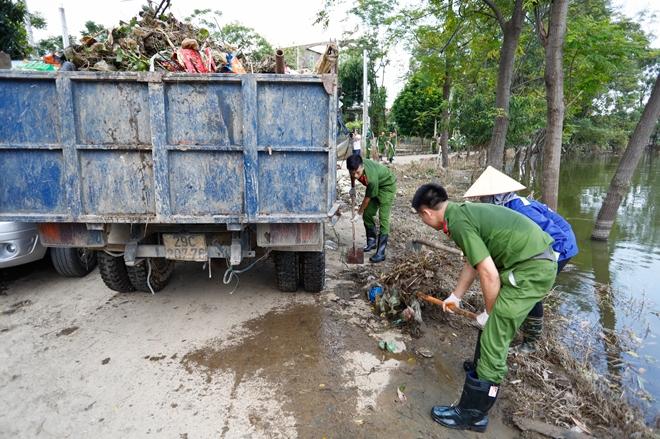 Rác ngập khắp nơi, lực lượng Công an giúp dân dọn rác - Ảnh minh hoạ 9