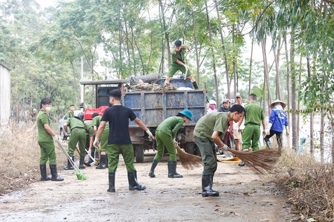 Rác ngập khắp nơi, lực lượng Công an giúp dân dọn rác - Ảnh minh hoạ 8