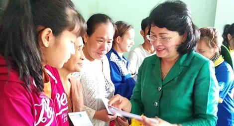 Phó Chủ tịch nước Đặng Thị Ngọc Thịnh tặng quà cho gia đình chính sách tỉnh Vĩnh Long