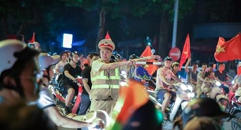 Công an thủ đô đêm trắng giữ bình yên để người hâm mộ ăn mừng chiến thắng
