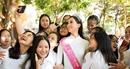 Hoa hậu Trần Tiểu Vy diện áo dài trắng tinh khôi trở về trường xưa