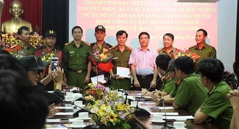 Trao thưởng cho các đơn vị bắt giữ đối tượng ôm lựu đạn cố thủ