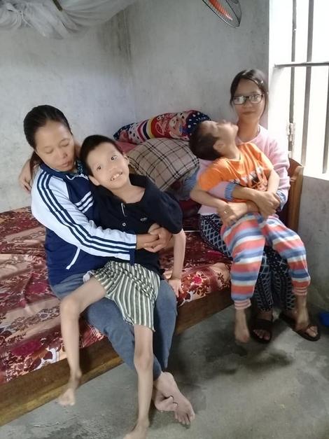 Xót xa vợ chồng nghèo chăm sóc 3 con mắc trọng bệnh