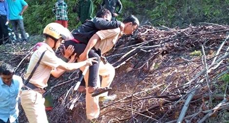 Cảnh sát giao thông kịp thời cứu thanh niên đi xe máy lao xuống vực sâu