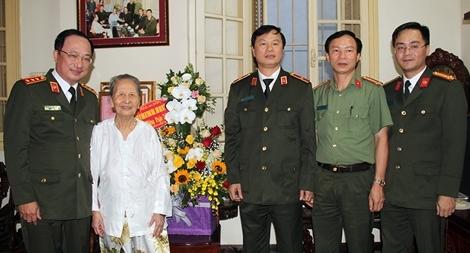 Thứ trưởng Nguyễn Văn Thành thăm hỏi và chúc mừng nhà giáo Phạm Tâm Long