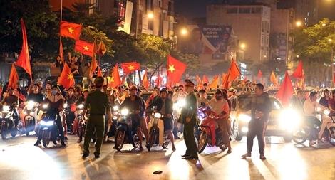 Công an thủ đô trắng đêm đảm bảo an toàn cho người hâm mộ