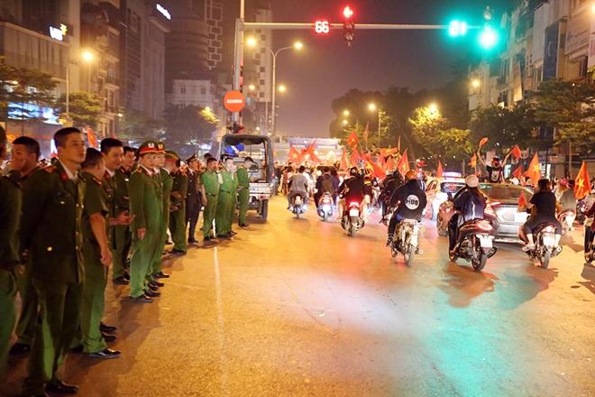 Công an thủ đô trắng đêm đảm bảo an toàn cho người hâm mộ - Ảnh minh hoạ 3