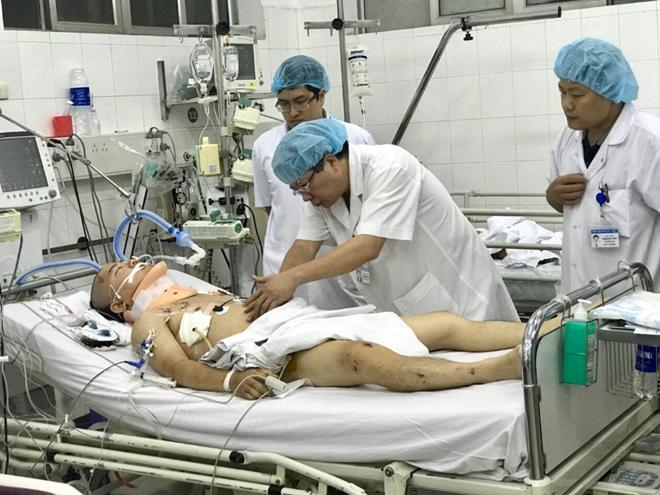 GS.TS. Trần Bình Giang khám cho bệnh nhân tại phòng hồi sức cấp cứu.