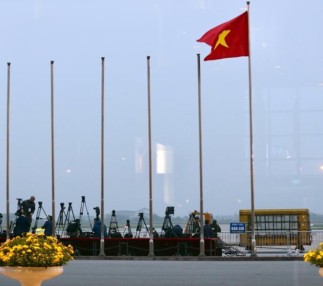 Sân bay Nội Bài vào chiều 26-2, gần4 tiếng với giờ dự kiến chuyên cơ của Tổng thống Mỹ Donal Trump hạ cánh xuống sân bay Nội Bài, rất nhiều phóng viên trong và ngoài nước đã cómặt để đưa tin sự kiện.