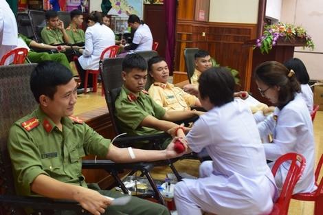 Thượng úy Nguyễn Văn Tiến, người đã 17 lần tham gia hiến máu nhân đạo.