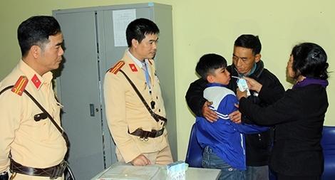 Cảnh sát giao thông giúp đỡ cháu bé bị lạc về với gia đình