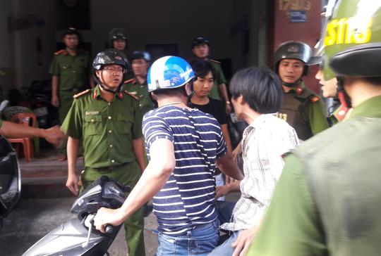 Lực lượng công an áp giải đối tượng về trụ sở.
