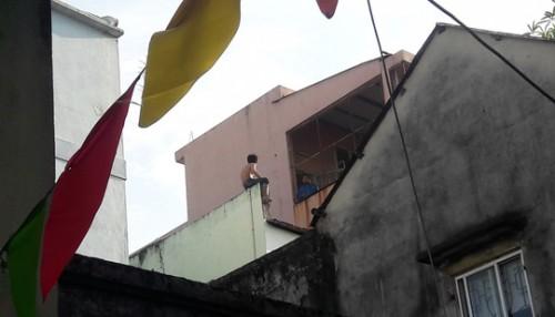 Nơi thanh niên nghi ngáo đá cầm dao cố thủ trên tầng thượng.