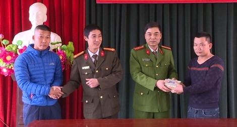 Nhặt được túi tiền 150 triệu đồng, người dân đem nộp Công an