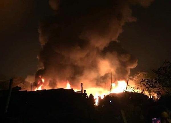 Hiện trường vụ cháy trong đêm.