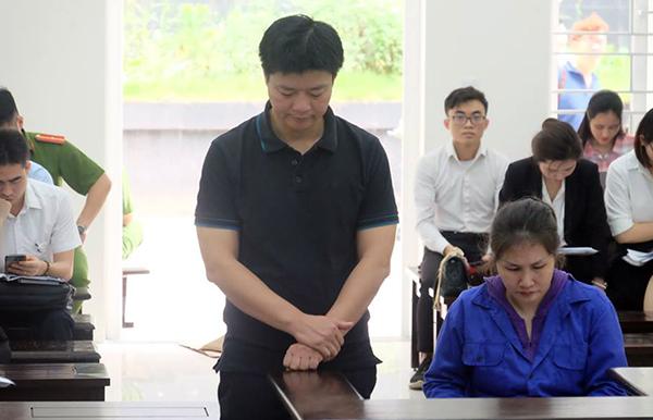 Vợ chồng bị cáo Mai và Long tại phiên xử.